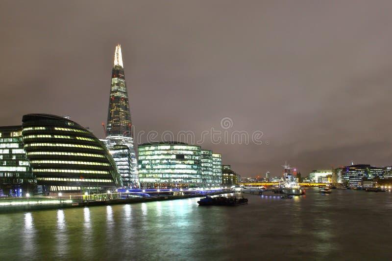 Przy noc rzeczny Thames zdjęcie stock