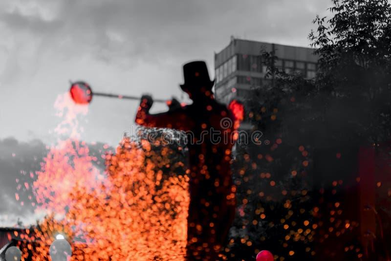 Przy noc zadziwiający Pożarniczy Przedstawienie Sylwetka mistrzowski fakir z pożarniczymi pracami Taniec pożarniczy występ, magic zdjęcie stock