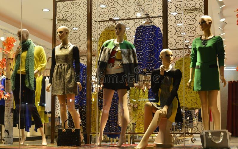 Przy nocy 5 zimą fasonuje Mannequins w smokingowego sklepu okno zdjęcia stock