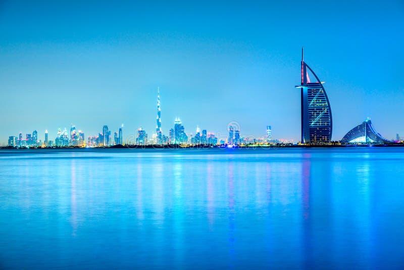 Przy półmrokiem Dubaj linia horyzontu zdjęcie royalty free