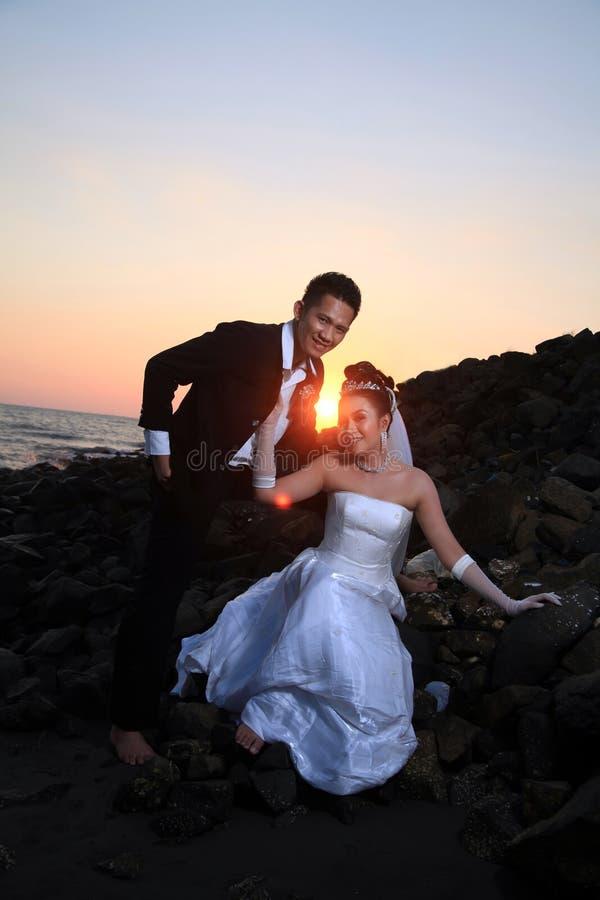 Przy plażą ślubna para zdjęcie royalty free