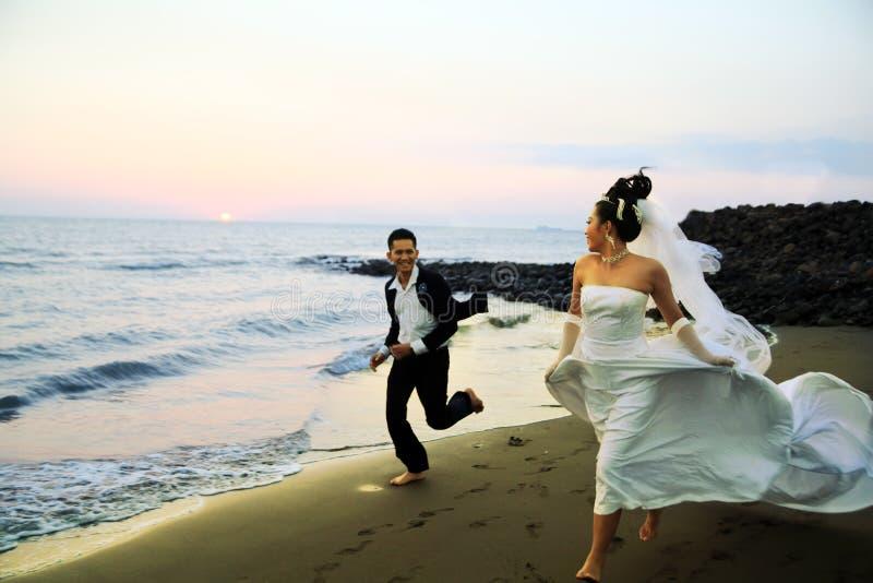 Przy plażą ślubna para fotografia royalty free