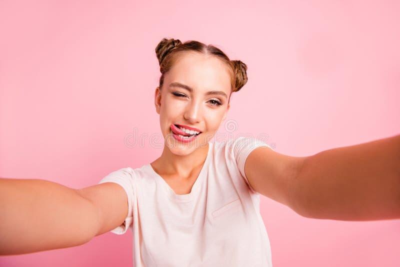 przy pojęcie plażowy beztroski zrzut trzepnięcie klapie dziewczyny swimsuit wierzchołek Zamyka w górę portreta ostry, cieszy się, obrazy royalty free