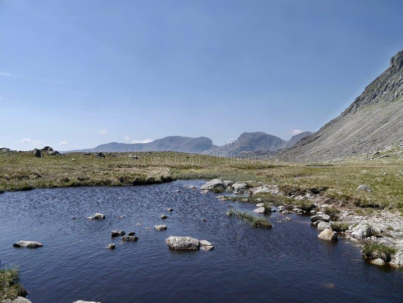 Przy Trzy Tarns terenami między Crinkle Crags i Bowfell fotografia royalty free
