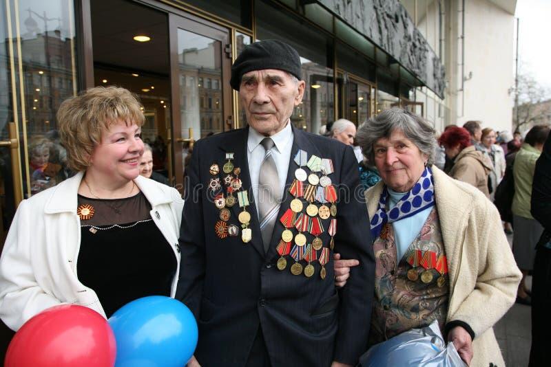 Przy wejściem wielka filharmonia WWII weteran z delegata archiwistą Svetlana Nesterova obrazy stock