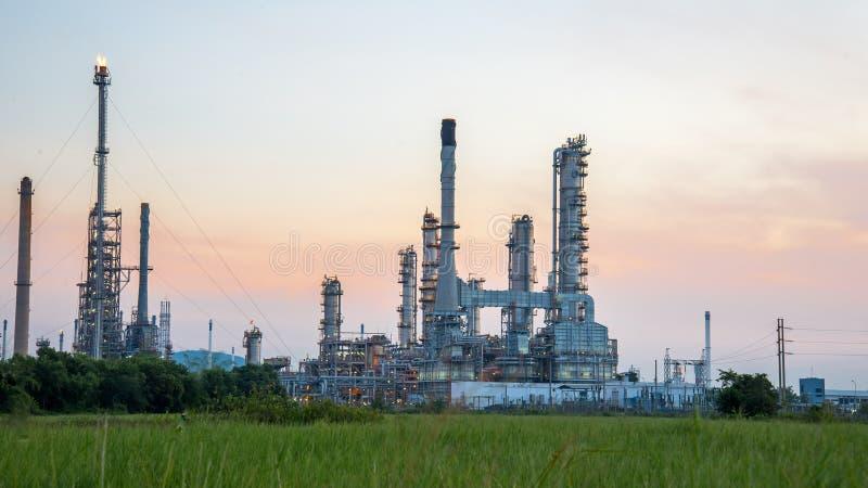 Przy wschód słońca rafinerii ropy naftowej roślina zdjęcia stock