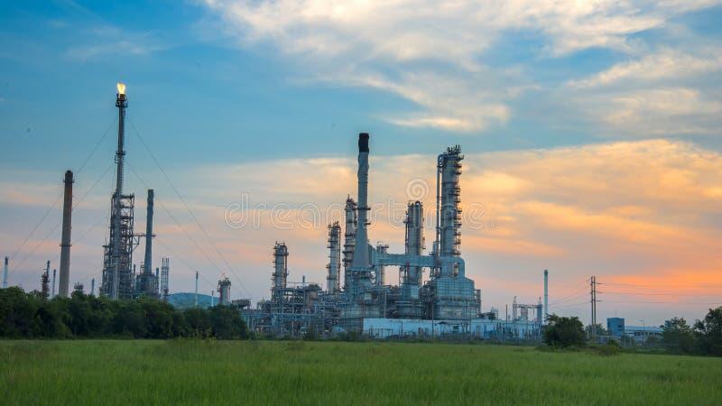 Przy wschód słońca rafinerii ropy naftowej roślina obraz royalty free