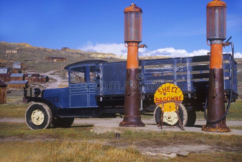 Przy zaniechaną benzynową stacją stara ciężarówka obrazy royalty free