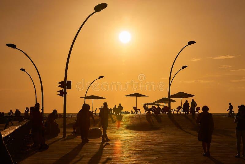 Przy zmierzchem, ludzie iść dla spaceru Tel Aviv portu deptak zdjęcie royalty free