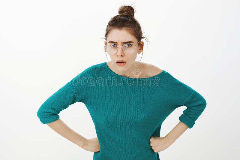 Przychodzący na powtórce co właśnie powiedziałeś ty Portret podrażniona intensywna atrakcyjna dziewczyna w szkłach, zgina w kieru obrazy stock