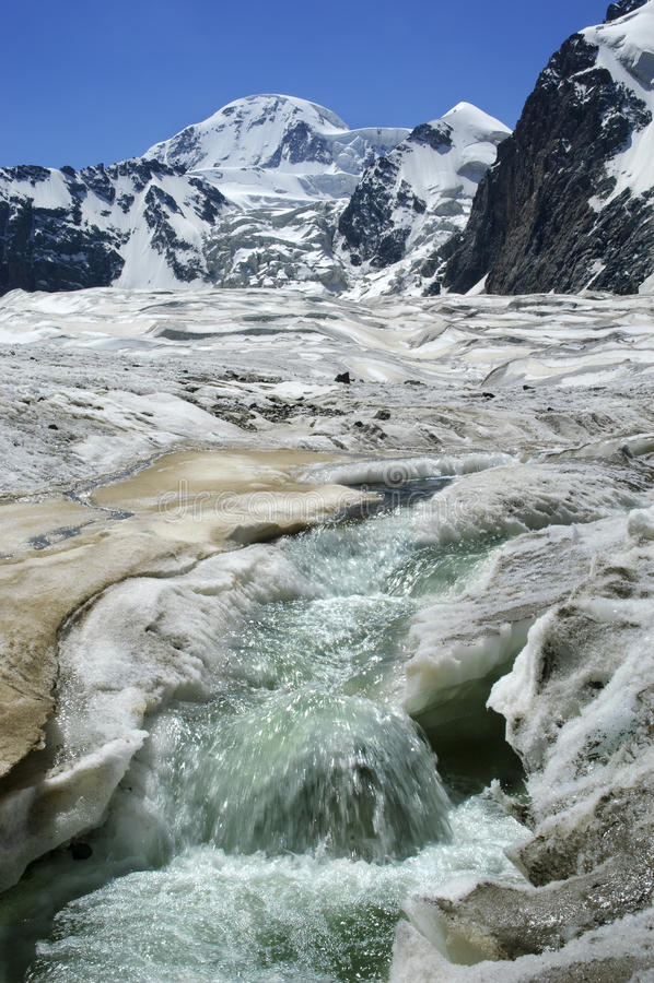 przychodził wysoką moutain szczytu strumienia th wodę obrazy stock