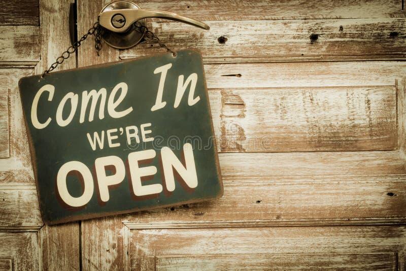 Przychodzimy Wewnątrz jesteśmy Otwarci na drewnianym drzwi, copyspace na dobrze V fotografia royalty free