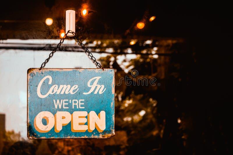 Przychodzimy Wewn?trz jeste?my Otwartym znakiem na drzwi kawiarnia obrazy royalty free