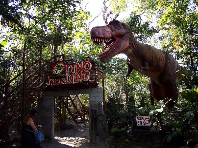 Przyciągania wśrodku dinosaur wyspy przy Clark Pyknicznymi ziemiami w Mabalacat, Pampanga zdjęcie stock