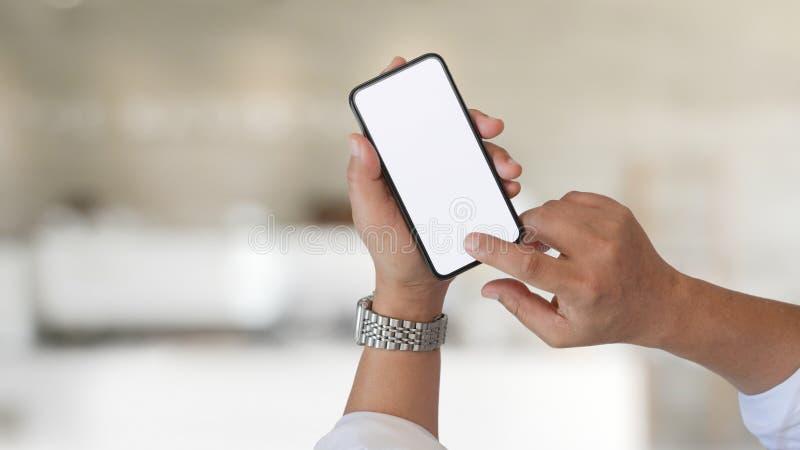 Przycięty strzał biznesmena trzymającego pusty smartfon zdjęcia stock