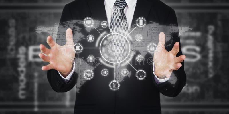 Przycisk naciskający biznesmena, ikony na ekranie wirtualnym Marketing cyfrowy, płatności, bankowość online i globalne sieci Futu zdjęcie royalty free