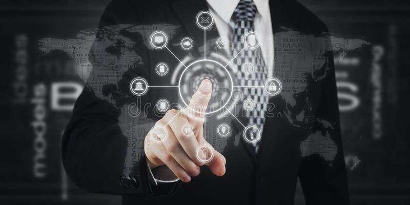 Przycisk naciskający biznesmena, ikony na ekranie wirtualnym Marketing cyfrowy, płatności, bankowość online i globalne sieci zdjęcie stock