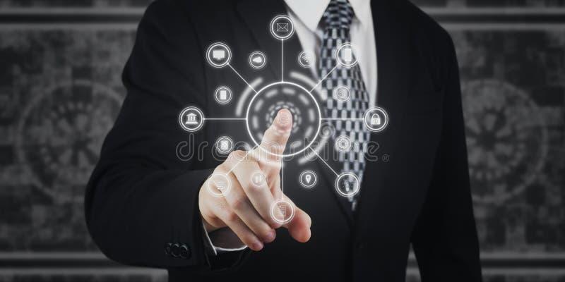 Przycisk naciskający biznesmena, ikony na ekranie wirtualnym Marketing cyfrowy, płatności, bankowość online i globalne sieci Futu fotografia stock