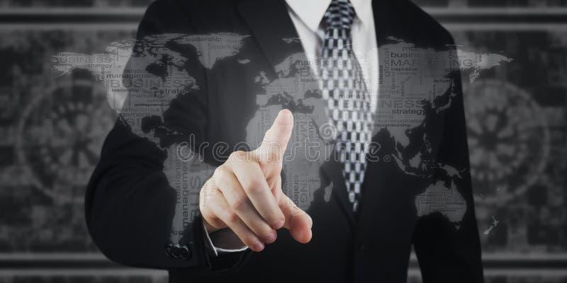 Przycisk naciskający biznesmena, ikony na ekranie wirtualnym Marketing cyfrowy, płatności, bankowość online i globalne sieci zdjęcia stock