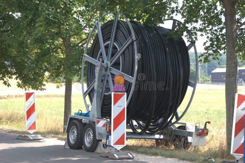 Przyczepa z dużym bębnem kablowym do telekomunikacji fotografia stock
