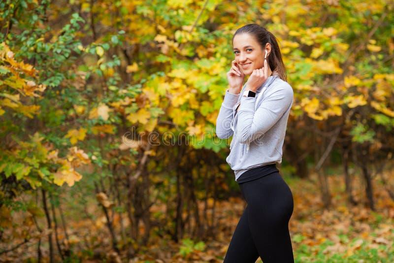 przydatność Kobieta Robi treningu ćwiczeniu Na ulicie zdjęcie royalty free