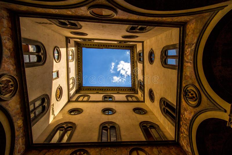 Przyglądający w górę otwartego atrium przez, Florencja, Włochy obraz stock
