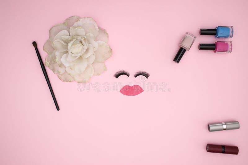 Przygląda się baty i uzupełnia produkty na różowym tle obraz royalty free