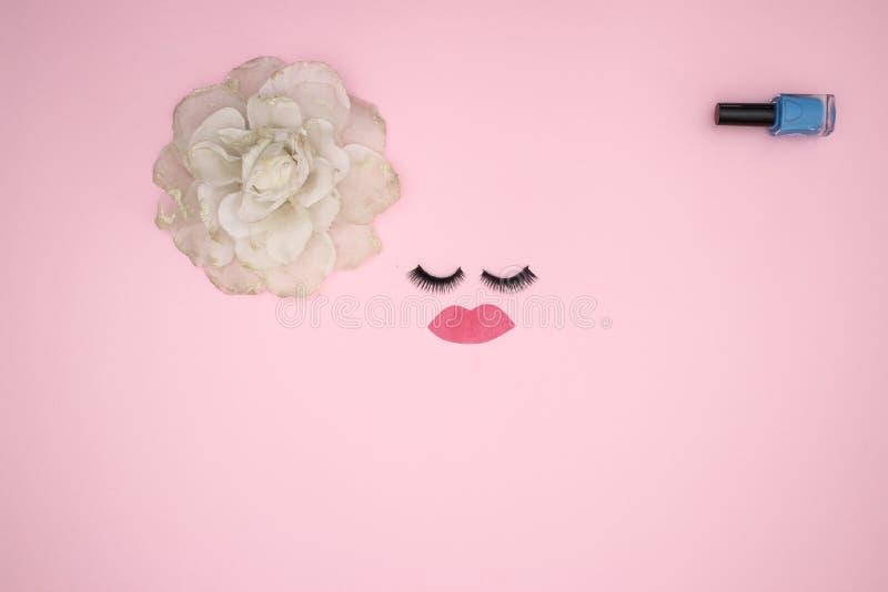 Przygląda się baty i uzupełnia produkty na różowym tle zdjęcia royalty free