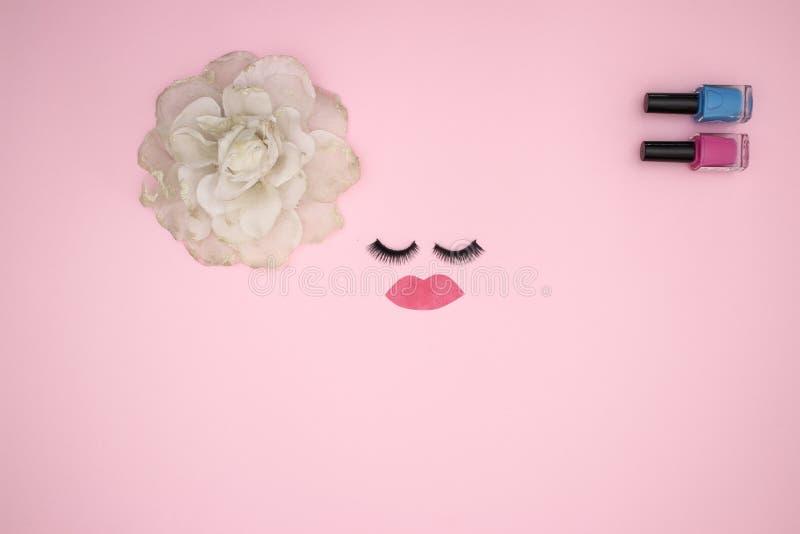 Przygląda się baty i uzupełnia produkty na różowym tle obrazy royalty free