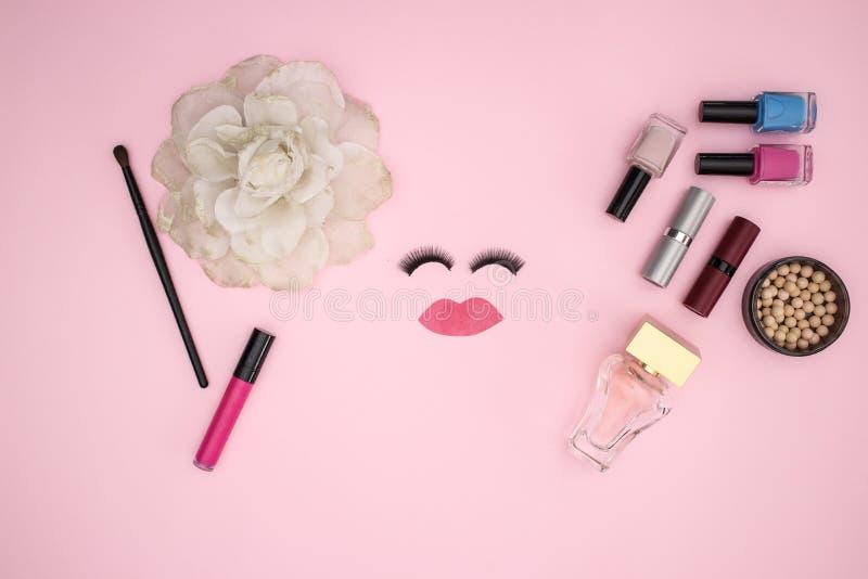 Przygląda się baty i uzupełnia produkty na różowym tle obrazy stock