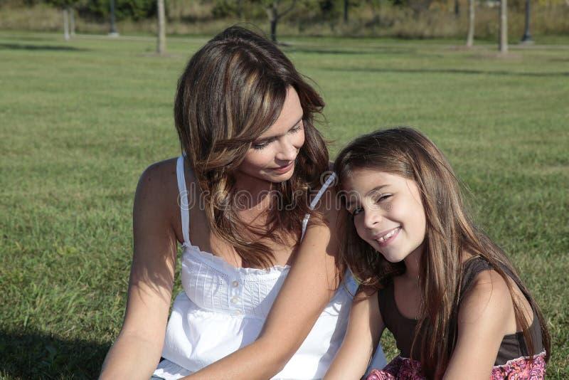 przyglądająca córki matka zdjęcie royalty free