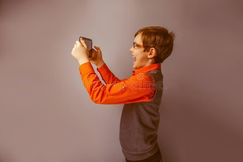 Przyglądająca chłopiec dziesięć rok w szkłach obraz royalty free