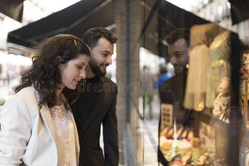 Przyglądająca gabloty wystawowej para w mieście zdjęcie stock