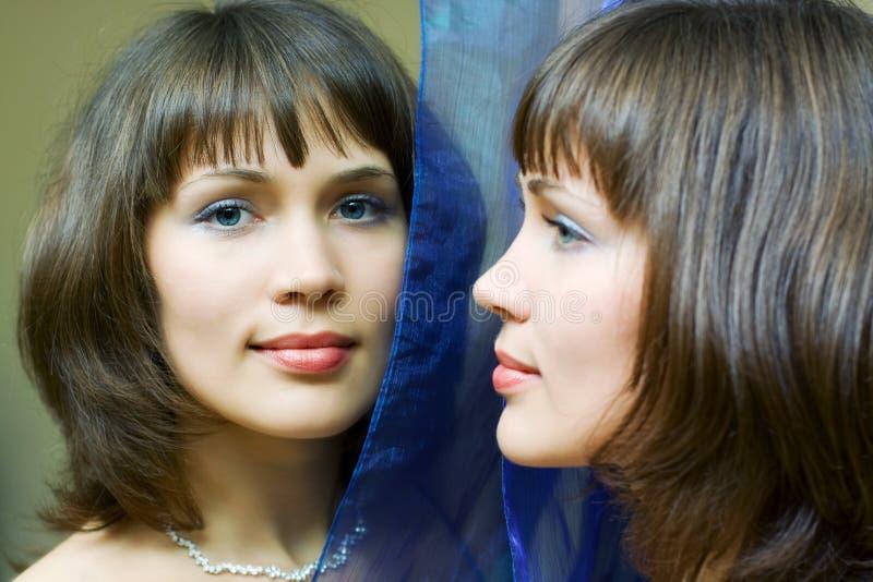 przyglądająca lustrzana kobieta zdjęcia royalty free