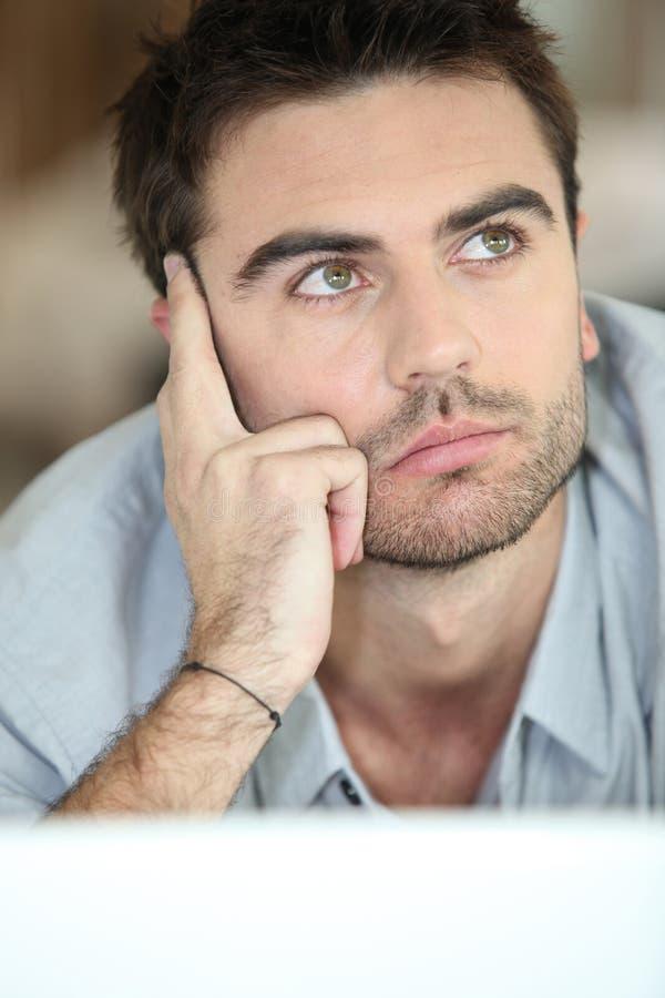 przyglądającego mężczyzna dumania przyglądający potomstwa zdjęcie stock