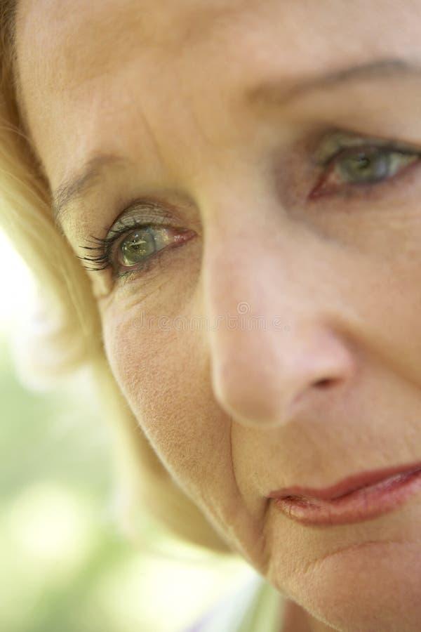 przyglądającego portreta smutna starsza kobieta fotografia royalty free