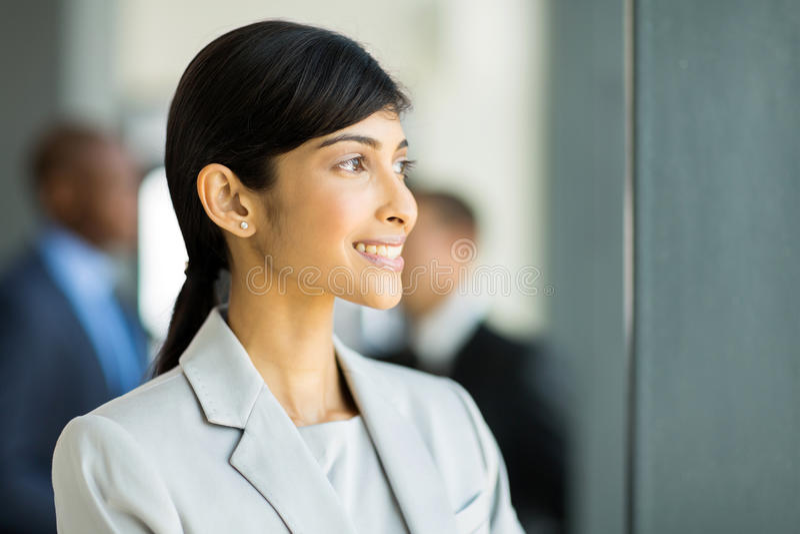 Przyglądający bizneswomanu outside fotografia stock