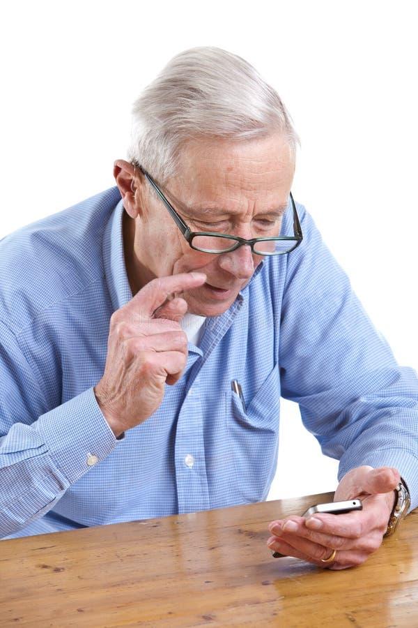 przyglądający mężczyzna telefonu senior obraz royalty free