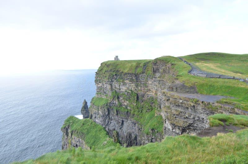 Przyglądający Północny widok nad falezami Moher w okręgu administracyjnym Clare, Irlandia obrazy stock