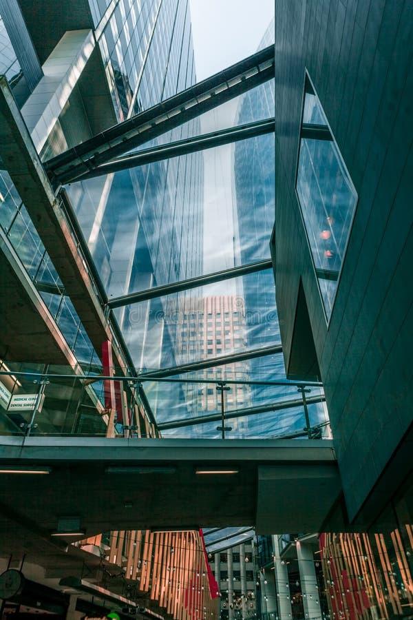 Przyglądający przez szkła przy wysokimi drapaczami chmur w Melbourne CBD up, A zdjęcia stock