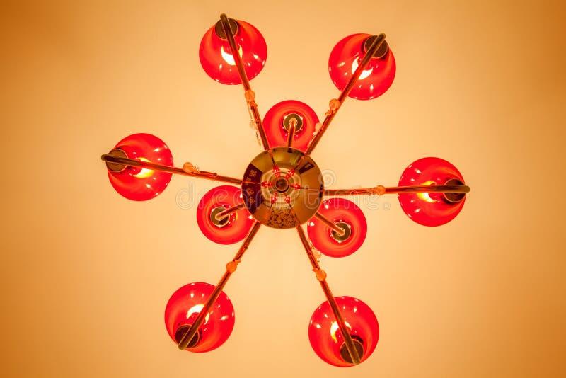 Przyglądający przy czerwonym świecznikiem z 6 lamp inside up dekorował o fotografia royalty free