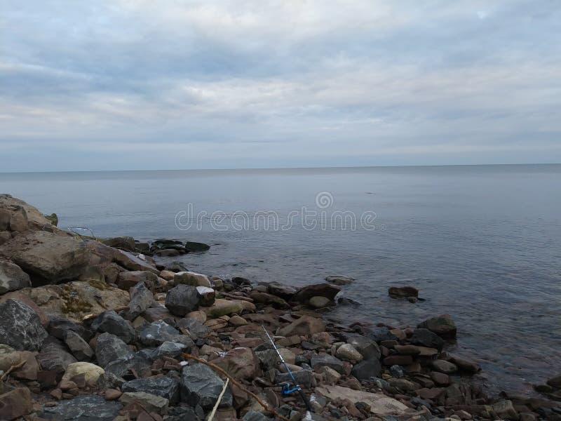Przyglądający przy Jeziornym Ontario horyzontem out obrazy royalty free