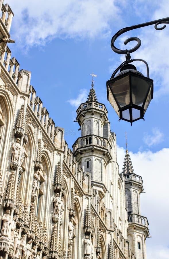 Przyglądający przy odczyszczającą średniowieczną benzynową lampą w losu angeles Grande miejscu w Brukselskim Belgia up fotografia royalty free