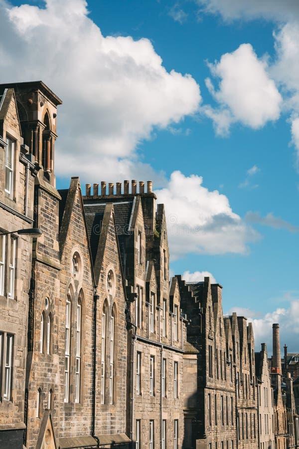 Przyglądający przy rzędem domy w Edynburg Szkocja ulicie up fotografia royalty free