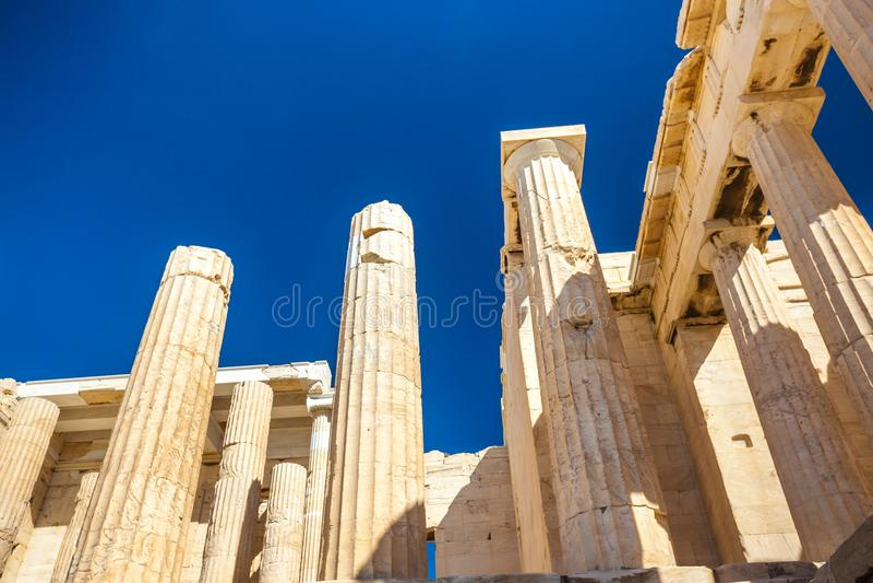 Przyglądający przy up kolumny Propylaea brama w akropolu Ath fotografia royalty free