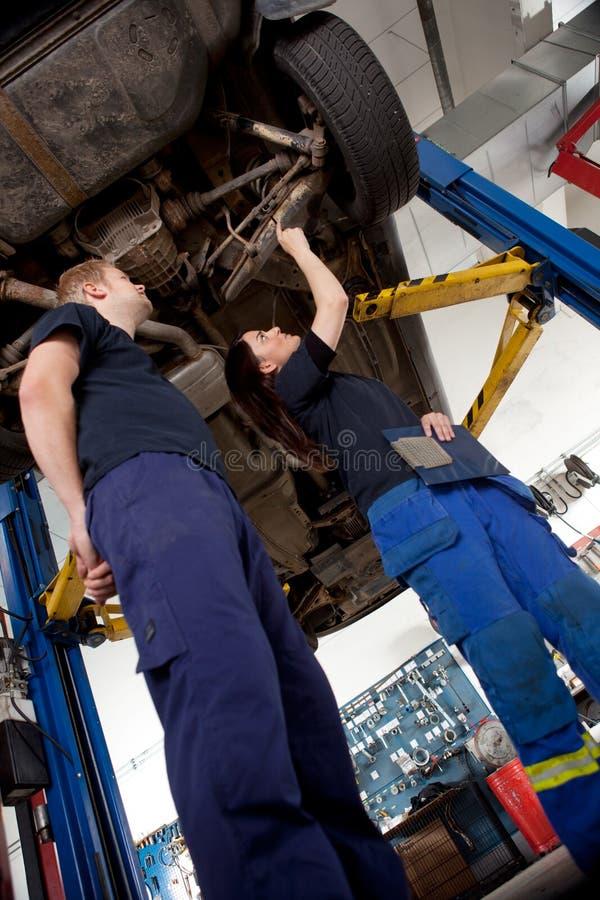 przyglądający samochodów mechanicy dwa obrazy stock