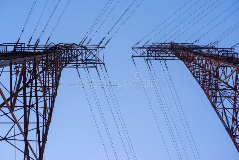 Przyglądający w górę elektryczny przekazu wierza przy fotografia royalty free