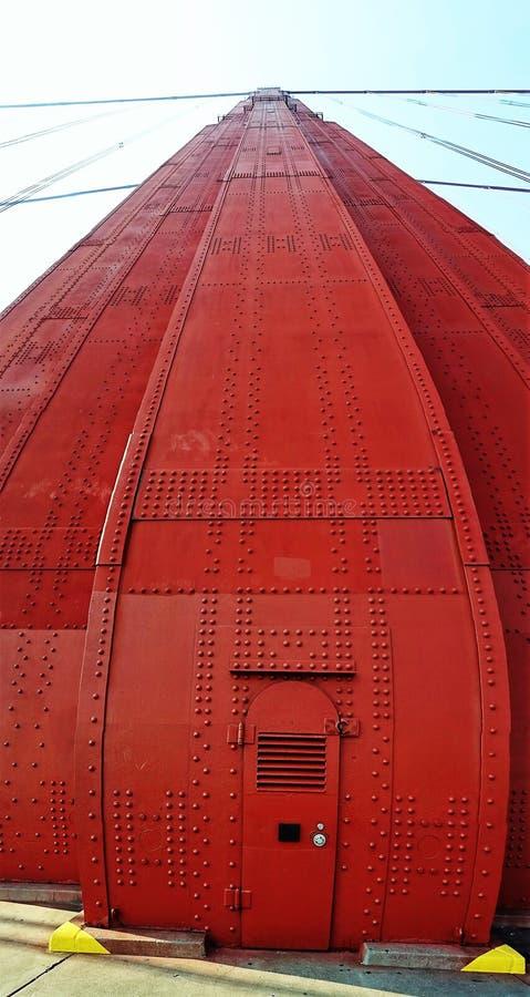 Przyglądający w górę filaru Golden Gate Bridge panoramiczny przy obrazy stock