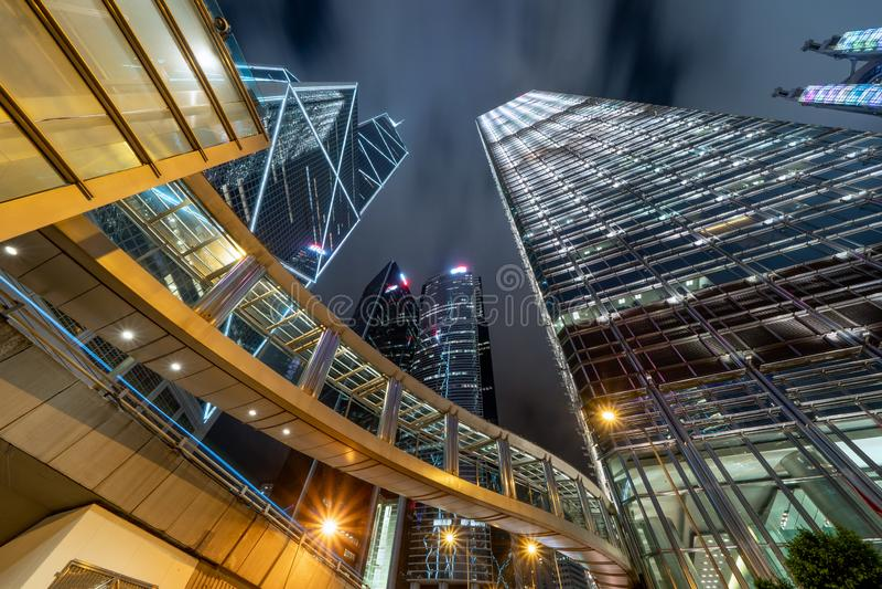 Przyglądający w górę nowożytnych budynków biurowych przy Pieniężny okręg i centrum biznesu w mądrze mieście dla technologii tła d zdjęcia royalty free
