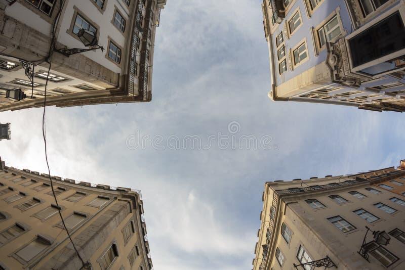 Przyglądający w górę typowych Lisbon domów przy przeciw niebieskiemu niebu obraz stock